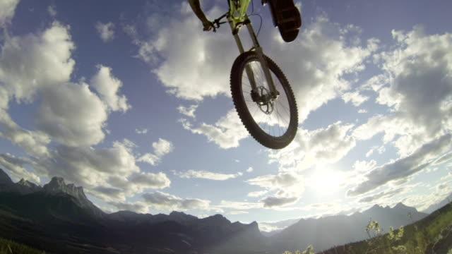 vídeos y material grabado en eventos de stock de vista a nivel del suelo del motociclista que pasa por encima - menos de diez segundos