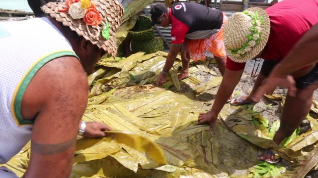 vídeos de stock, filmes e b-roll de a ground oven is used in tokelau - banana de são tomé