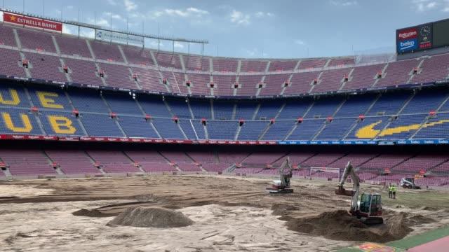 vídeos y material grabado en eventos de stock de ground staff replace the pitch of the fc barcelona camp nou stadium ahead of la liga 2019-2020 season on july 09, 2019 in barcelona, spain. - resolución 4k