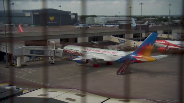grounded planes at an airport due to coronavirus restrictions - stato di emergenza video stock e b–roll