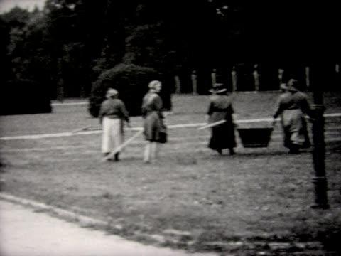 vídeos de stock, filmes e b-roll de 1930 groundskeepers at palace of versailles - jardim de versailles