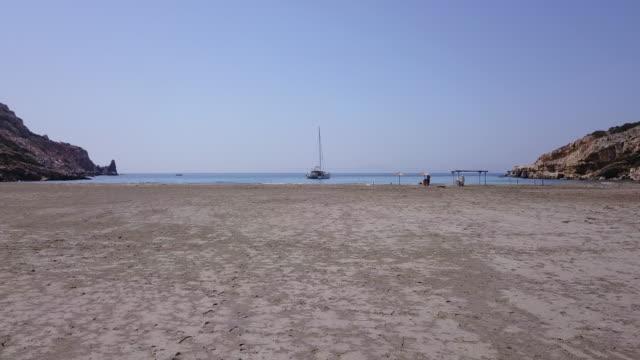 グループはヨットをアンカー、ギリシャでリモートのビーチを楽しんでいます - 中年の男性だけ点の映像素材/bロール