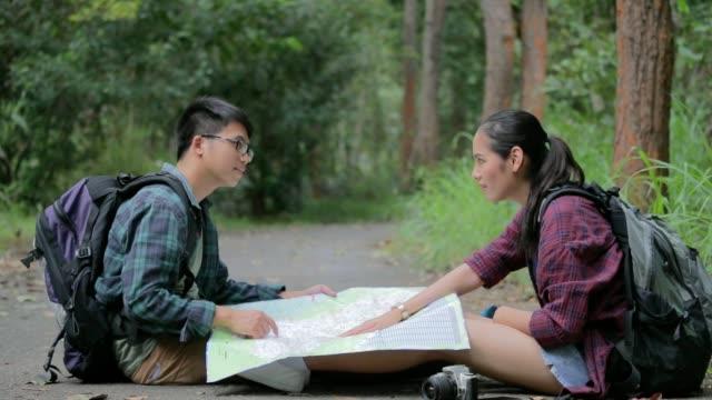 Groep backpacker reisverzekering en wandelen in het bos, slow-motion