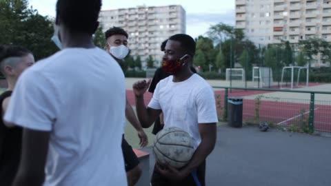 vidéos et rushes de group basketball players greeting each other - jeunes hommes