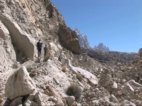 stockvideo's en b-roll-footage met group climbing up side of glacial mountain, himalayas - rotsmuur
