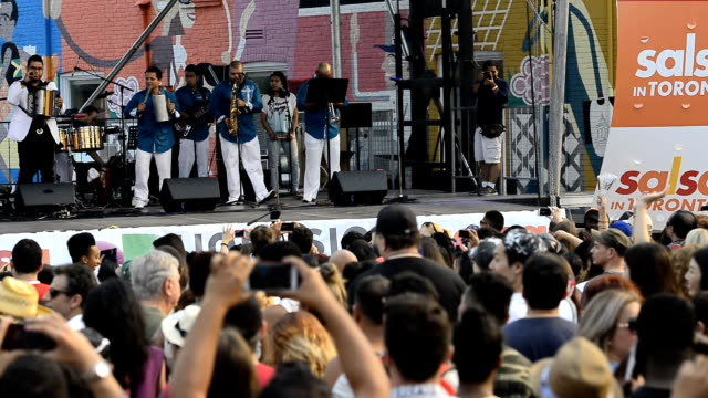 vidéos et rushes de group lucho de seda performing in univision main stage in salsa on saint clair avenue west festival which is the largest hispanic or latin event in... - seda