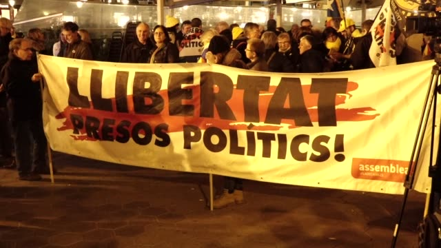 a group of 20 people occupied the offices of the european commission in barcelona on february 21 2019 in protest of the transfer to madrid of the... - europäische kommission stock-videos und b-roll-filmmaterial