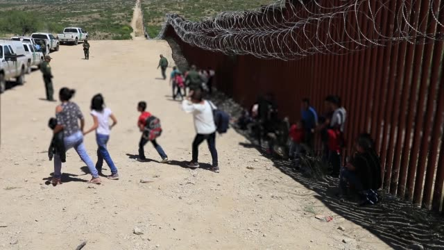 vidéos et rushes de a group of 30 central americans consisting of family units and unaccompanied children enter the united states west of sasabe arizona and surrender to... - sud ouest américain