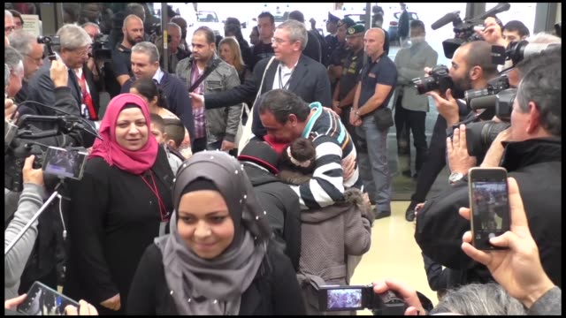 vídeos de stock e filmes b-roll de a group of 75 syrian refugees is greeted by italian foreign minister paolo gentiloni at rome's fiumicino airport from beirut on october 24 2016 in... - crise de migrantes europeia 2015 2016