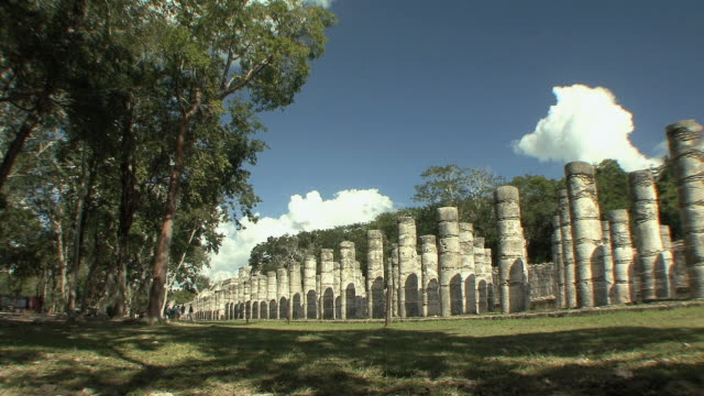 vidéos et rushes de ws group of a thousand columns at pre-columbian archaeological site built by maya civilization / chichen itza, yucatan, mexico - maya