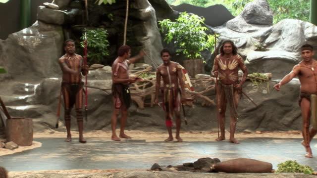 vídeos y material grabado en eventos de stock de ms zi pan td group of aboriginal men performing on outdoor stage, queensland, australia - cultura aborigen australiana