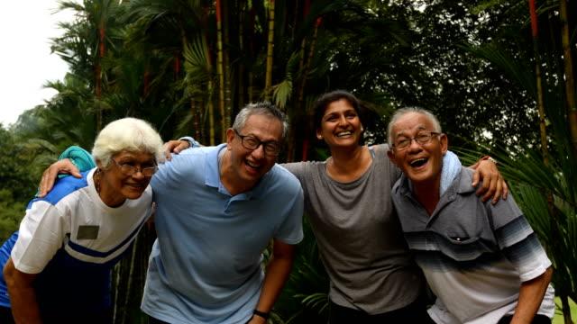 黄金時代を楽しむアクティブ シニアのグループ - マレーシア点の映像素材/bロール