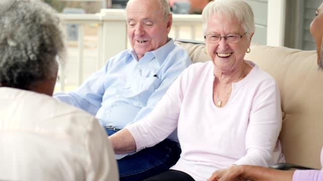 stockvideo's en b-roll-footage met groep van actieve senioren in senior levende gemeenschap genieten van het praten met elkaar - woongemeenschap ouderen