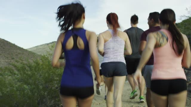 Gruppe von Erwachsenen laufen zusammen