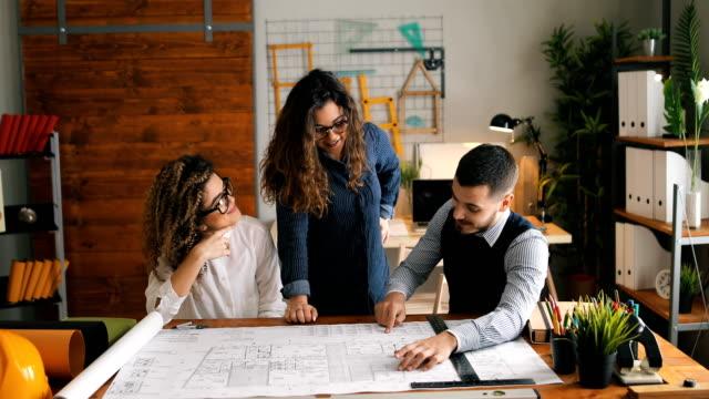 vidéos et rushes de groupe d'architectes travaillant sur le projet - engagement des employés