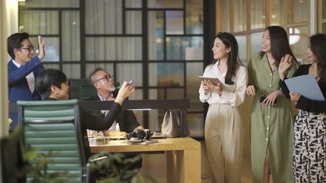 vídeos de stock e filmes b-roll de group of asian chinese white collar worker businesswoman walking having discussion in the office - trabalhadora de colarinho branco