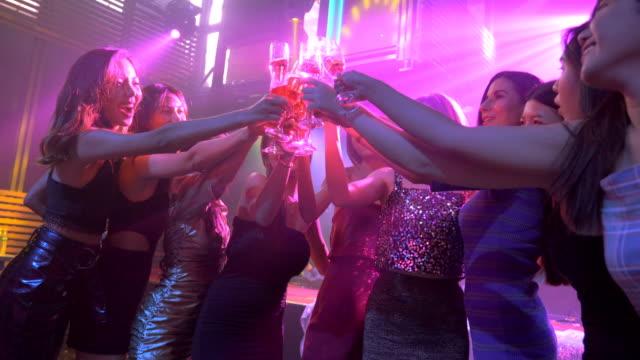 ナイトパーティーを楽しむアジアのダンスの友人のグループ - beautiful woman点の映像素材/bロール