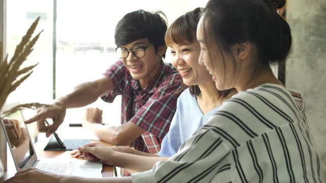 一緒に笑ってアジアの友人のグループ - 興奮点の映像素材/bロール