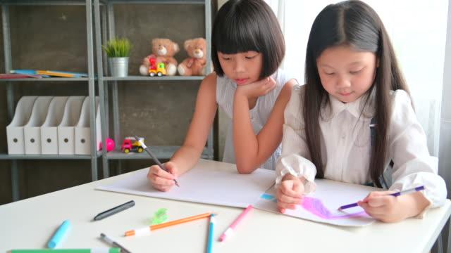 vidéos et rushes de groupe d'enfant asiatique dans l'enseignement des arts classe - élève du primaire