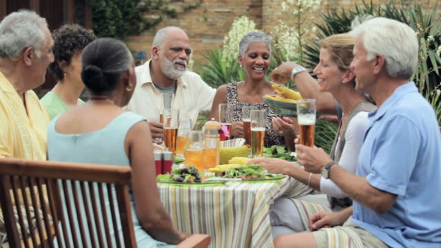 vídeos y material grabado en eventos de stock de ms, group of baby boomer couples eating together outside, richmond, virginia, usa - tercera edad