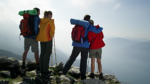 Gruppe der Rucksacktouristen auf die Berge