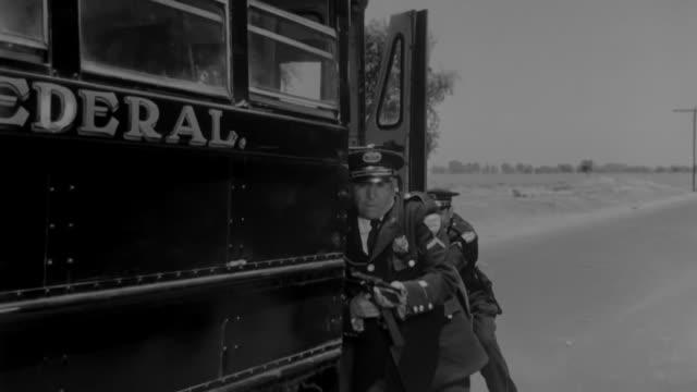 vídeos de stock e filmes b-roll de group of bandits shoot at the police - bandido