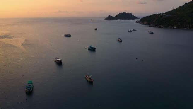 vídeos y material grabado en eventos de stock de grupo de barcos en el mar a la puesta del sol - grupo grande de objetos