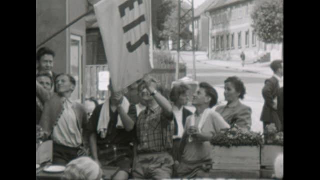 vídeos y material grabado en eventos de stock de group of boys standing in front of a ice cream parlor /shot in 1957 - 1957