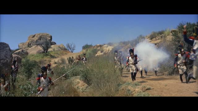 stockvideo's en b-roll-footage met ms group of british soldiers charging  forwards through brush - breedbeeldformaat