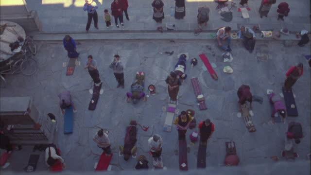 vídeos y material grabado en eventos de stock de group of buddhists practice prostration ritual, paro available in hd. - alfombra de oración