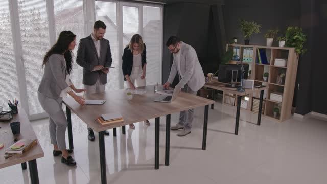 gruppo di uomini d'affari che vengono a una riunione - abbigliamento da lavoro formale video stock e b–roll