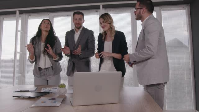 gruppo di uomini d'affari che discutono idee di progetto durante una riunione - abbigliamento da lavoro formale video stock e b–roll