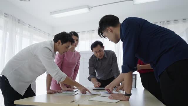 vídeos y material grabado en eventos de stock de grupo de empresarios tienen una reunión en la sala de juntas. - brazo humano