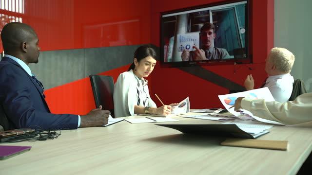 vídeos y material grabado en eventos de stock de grupo de gente de negocios, reunión de videoconferencia. sentados alrededor de una mesa de conferencias hablando y redes. - conferencia telefonica