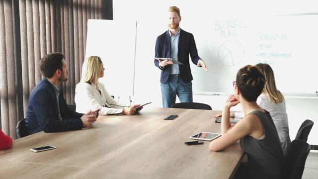 gruppo di uomini d'affari in ufficio. - decidere video stock e b–roll