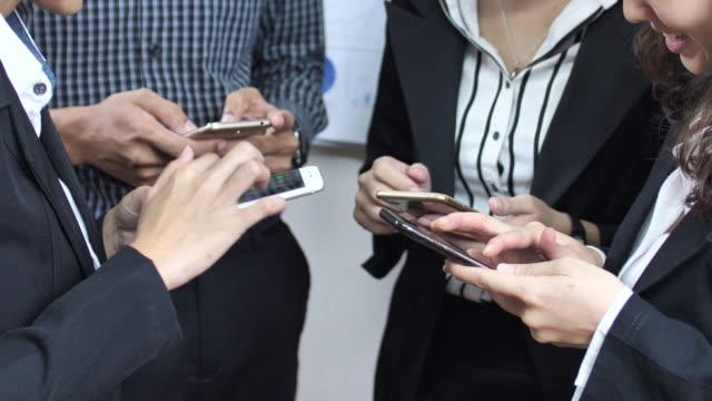 Gruppe von Geschäftsleuten mit Handy, Nahaufnahme