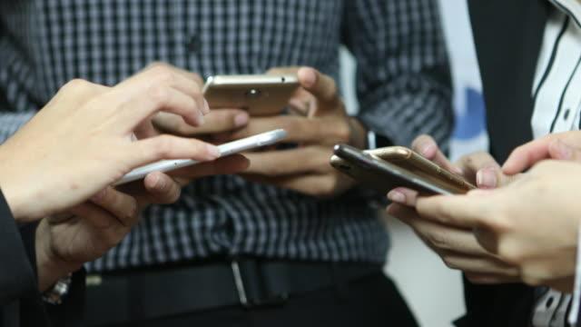 groep van mensen uit het bedrijfsleven via telefoon