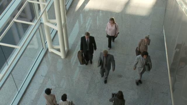 ws ha group of business people walking in lobby / bangkok, thailand - 玄関ホール点の映像素材/bロール