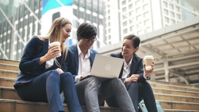 vidéos et rushes de personne de groupe d'affaires utilisant l'ordinateur portatif - hot desking