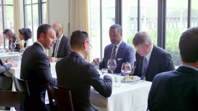 vídeos de stock, filmes e b-roll de ms group of businessmen having meeting in restaurant - vestuário de trabalho formal