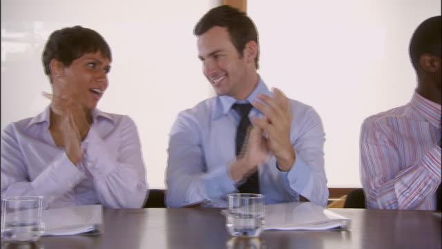 cu, pan, group of businesspeople clapping at conference table, los angeles, california, usa - skjorta och slips bildbanksvideor och videomaterial från bakom kulisserna