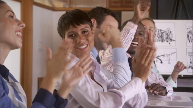 vídeos de stock, filmes e b-roll de cu, group of businesspeople clapping in conference room, portrait, los angeles, california, usa - brasileiro pardo