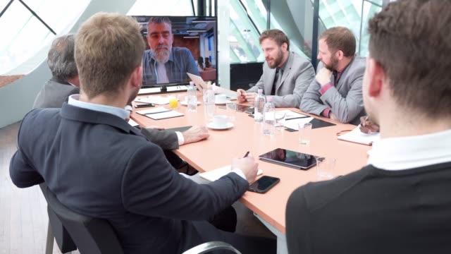 vídeos y material grabado en eventos de stock de grupo de empresarios con una llamada de conferencia de negocios - conferencia telefonica