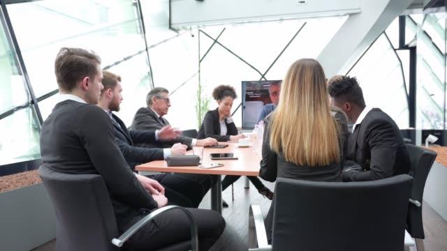 vídeos y material grabado en eventos de stock de grupo de empresarios con una llamada de conferencia - conferencia telefonica