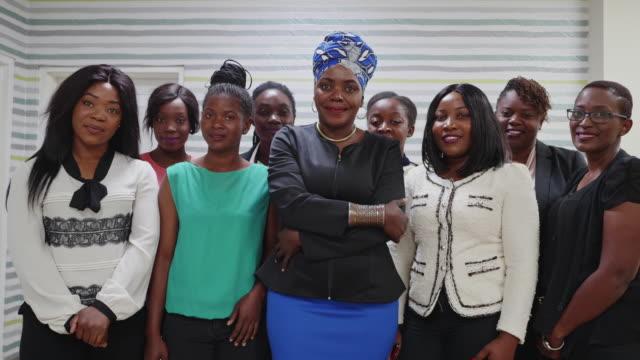 Gruppe von Geschäftsfrauen schmilen bei der Kamera