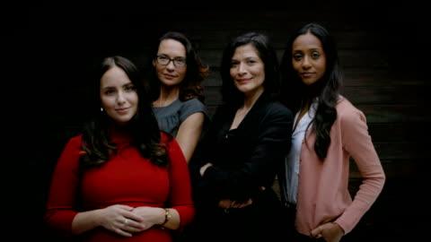 vídeos y material grabado en eventos de stock de grupo de mujeres empresarias de pie juntos - cuatro personas