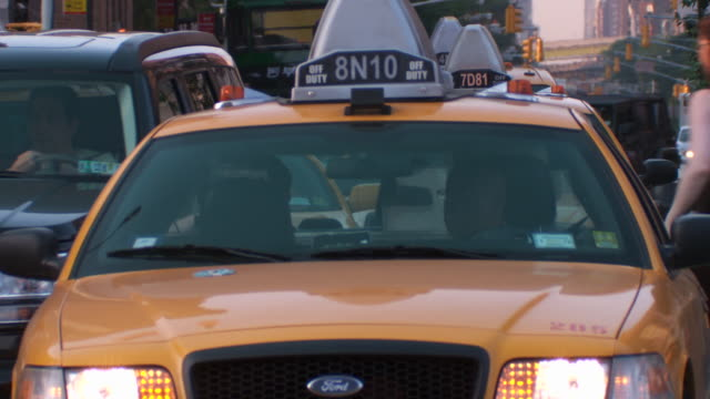 vídeos y material grabado en eventos de stock de a group of cabbies jockey for position while creeping up the street  - taxista