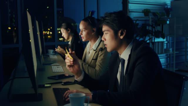 オフィスで働くコールセンターエージェントのグループ - ヘッドセット点の映像素材/bロール