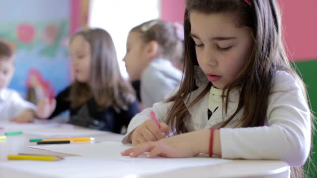 のグループは、お子様には描画のクラスルーム形式 - 学校備品点の映像素材/bロール