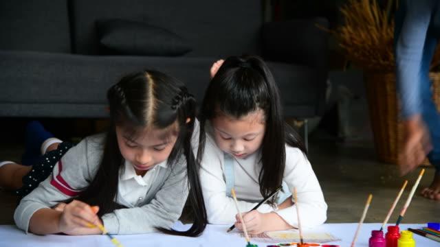 紙に絵を描き、絵を描く子供のグループ - 鉛筆点の映像素材/bロール